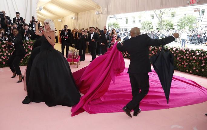 Lady Gaga khoe nội y, Katy Perry hóa đèn chùm - Ảnh 4.