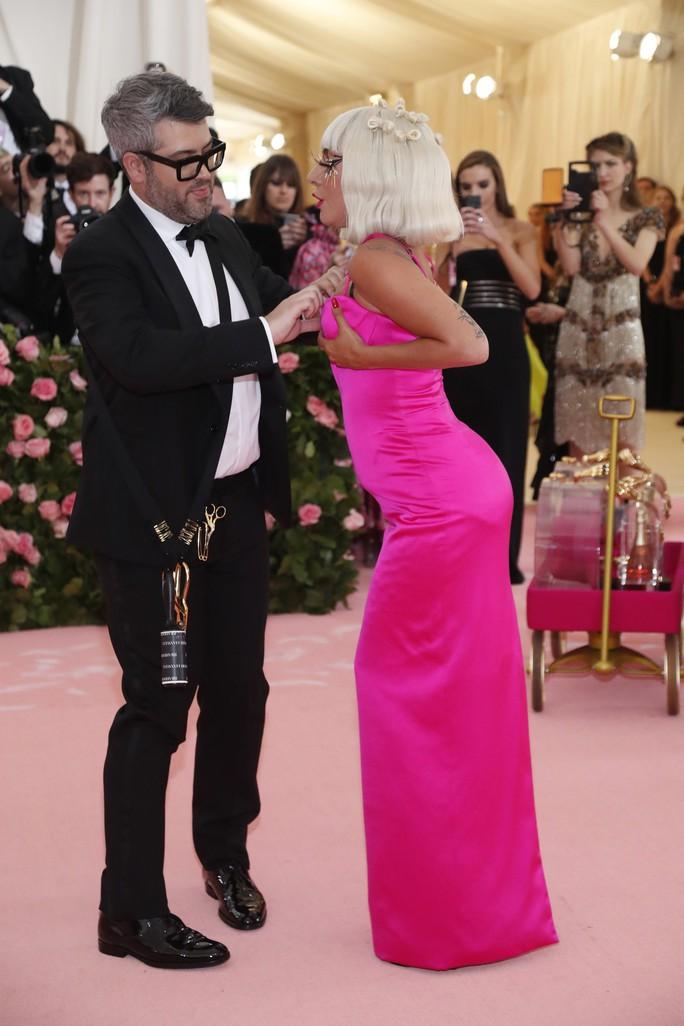 Lady Gaga khoe nội y, Katy Perry hóa đèn chùm - Ảnh 7.