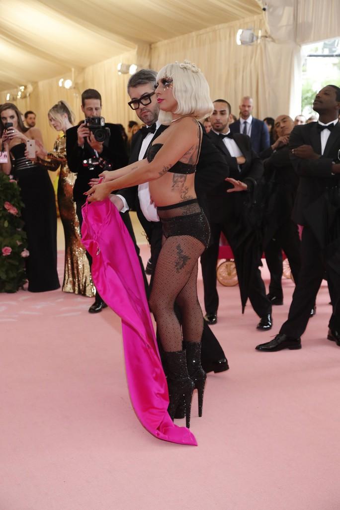 Lady Gaga khoe nội y, Katy Perry hóa đèn chùm - Ảnh 8.