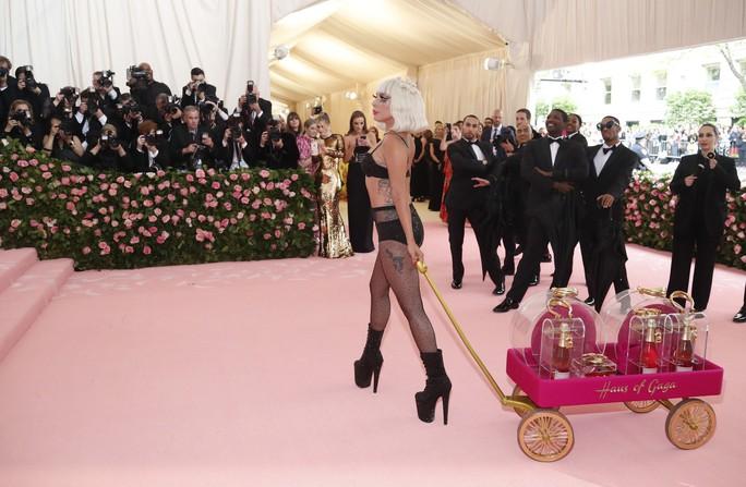 Lady Gaga khoe nội y, Katy Perry hóa đèn chùm - Ảnh 9.
