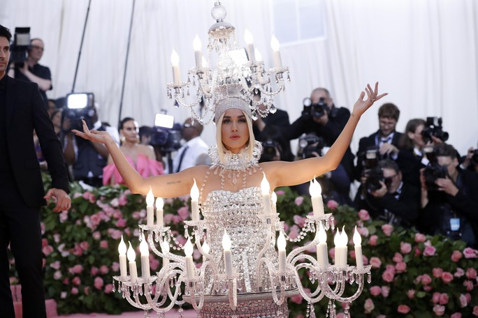 Lady Gaga khoe nội y, Katy Perry hóa đèn chùm - Ảnh 11.