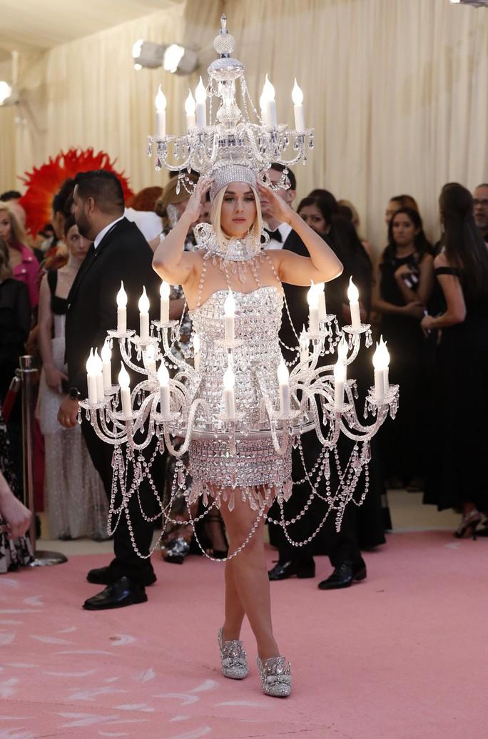 Lady Gaga khoe nội y, Katy Perry hóa đèn chùm - Ảnh 10.