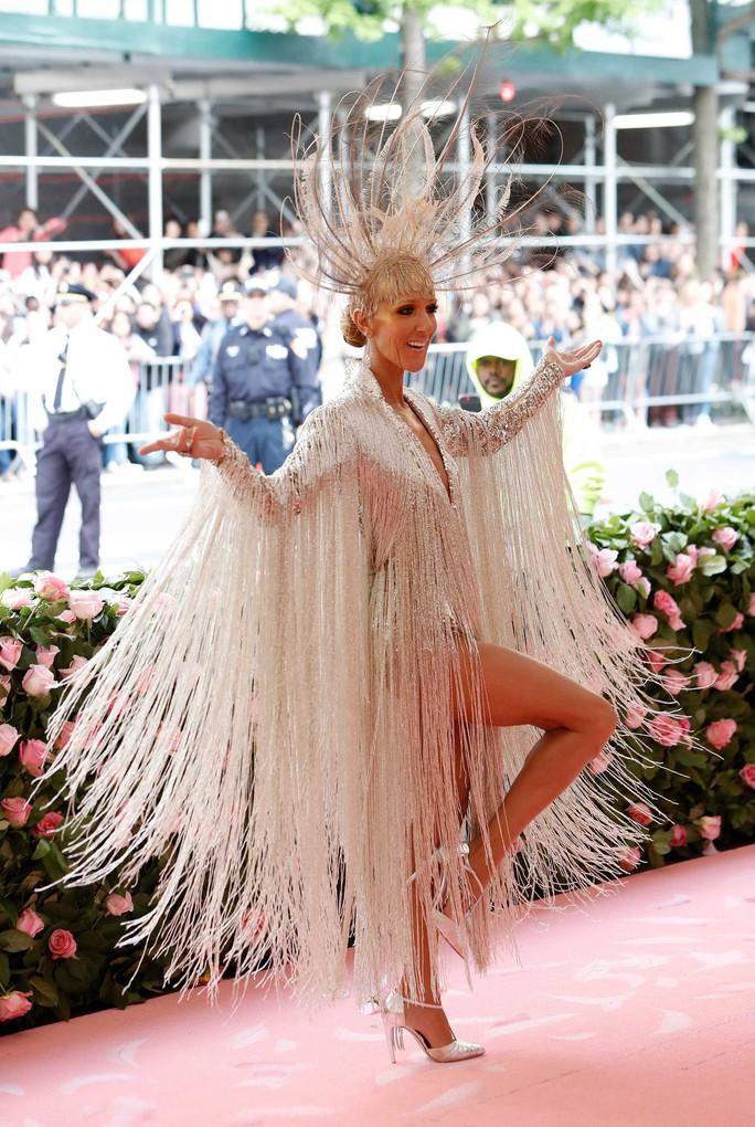 Lady Gaga khoe nội y, Katy Perry hóa đèn chùm - Ảnh 22.