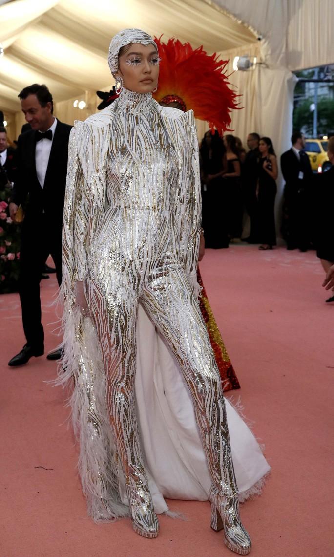 Lady Gaga khoe nội y, Katy Perry hóa đèn chùm - Ảnh 19.
