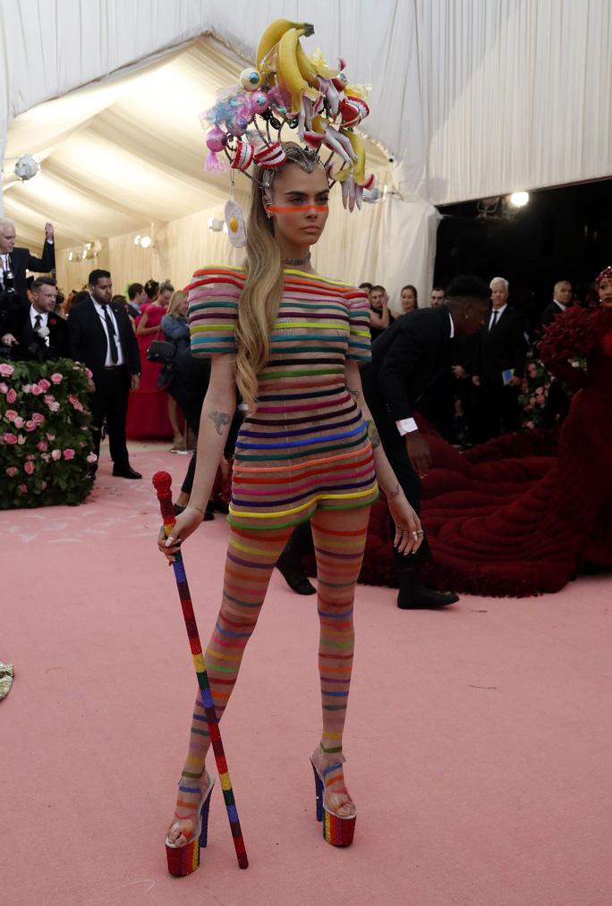 Lady Gaga khoe nội y, Katy Perry hóa đèn chùm - Ảnh 17.