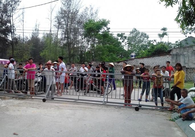 Dân bức xúc vì bị công ty rào đường ra biển đánh bắt hải sản - Ảnh 1.