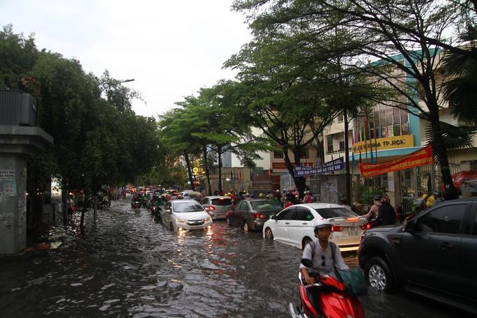 TP HCM ngập mênh mông, kẹt xe khắp nơi sau mưa lớn - Ảnh 8.