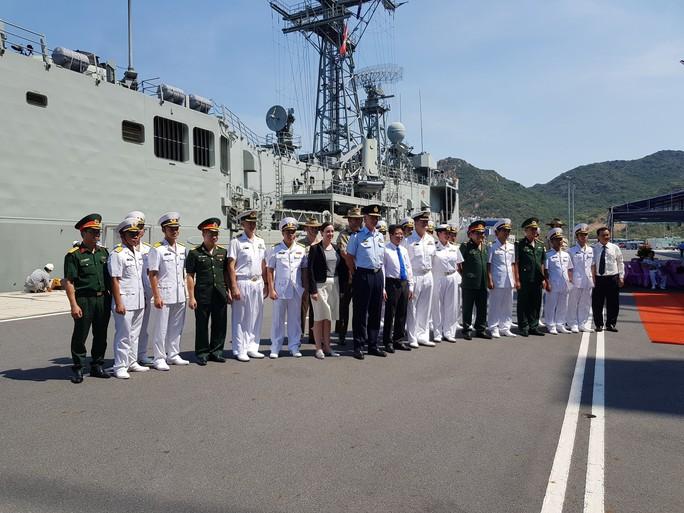 Đón đại bản doanh trên biển của hải quân Úc đến Cam Ranh - Ảnh 2.