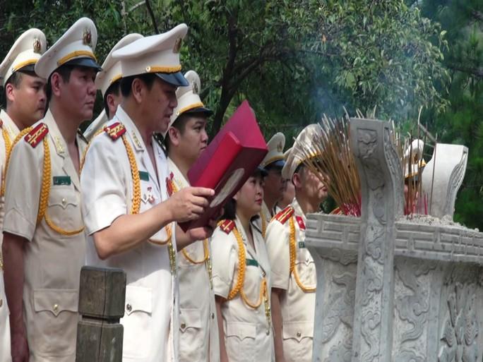 Dòng người xúc động viếng mộ Đại tướng Võ Nguyên Giáp ngày 7-5 - Ảnh 1.