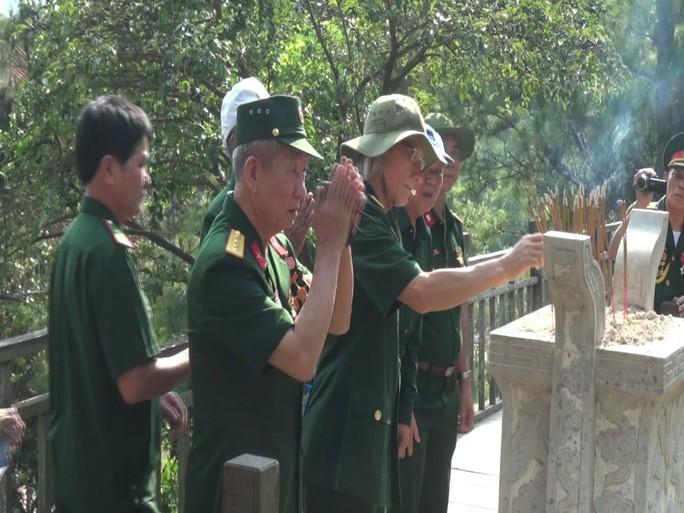 Dòng người xúc động viếng mộ Đại tướng Võ Nguyên Giáp ngày 7-5 - Ảnh 3.