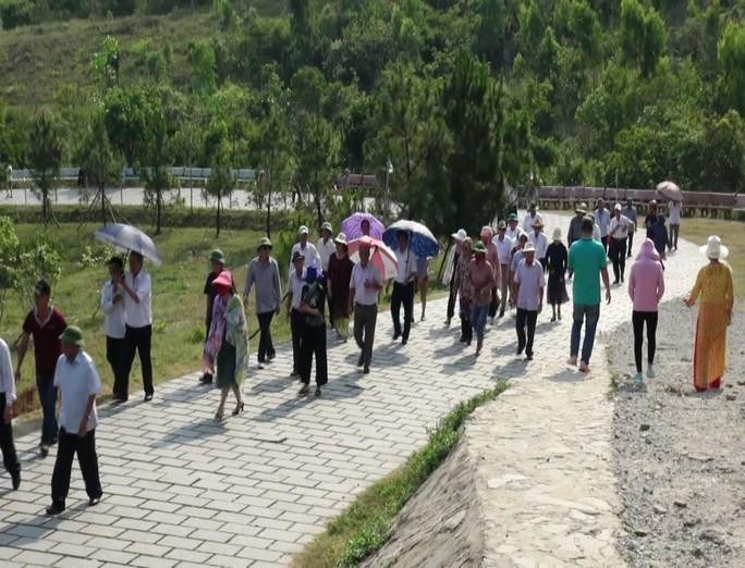 Dòng người xúc động viếng mộ Đại tướng Võ Nguyên Giáp ngày 7-5 - Ảnh 4.