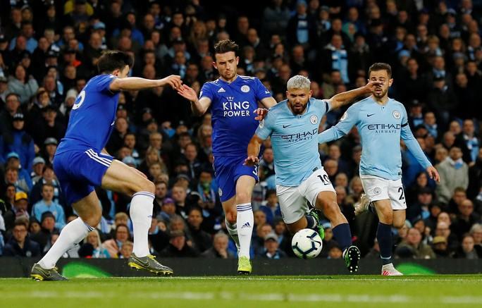 Kompany lập siêu phẩm, Man City soán ngôi đầu của Liverpool - Ảnh 4.