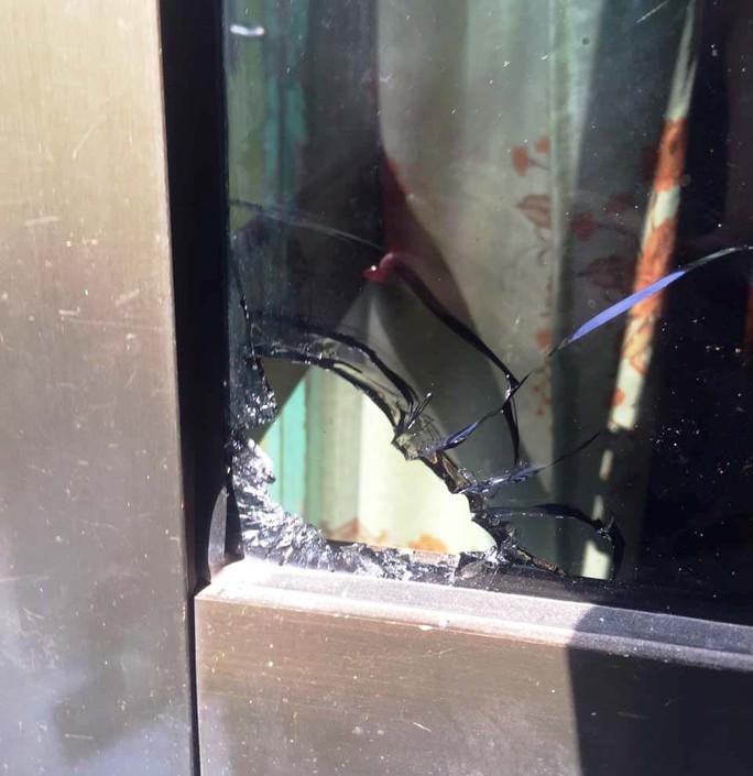 Tìm thấy 4 viên đạn ở nhà nữ doanh nhân tố bị xã hội đen truy sát - Ảnh 2.
