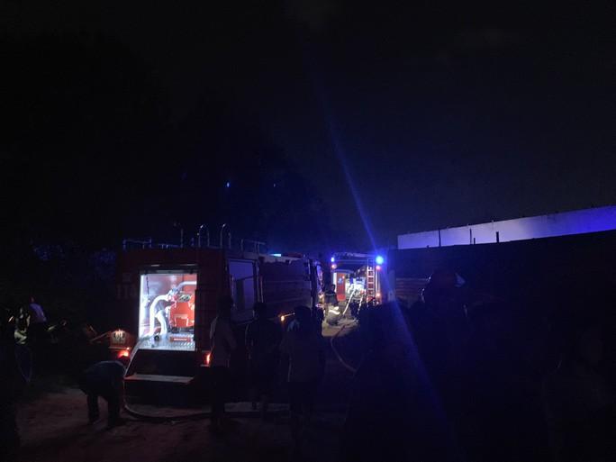 Cháy dữ dội kho phế liệu sát khu trọ công nhân ở Bình Dương - Ảnh 7.