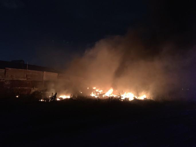 Cháy dữ dội kho phế liệu sát khu trọ công nhân ở Bình Dương - Ảnh 1.