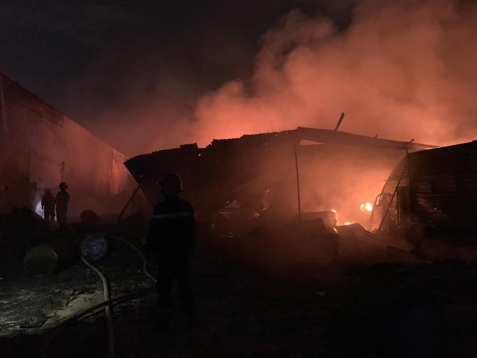 Cháy dữ dội kho phế liệu sát khu trọ công nhân ở Bình Dương - Ảnh 2.