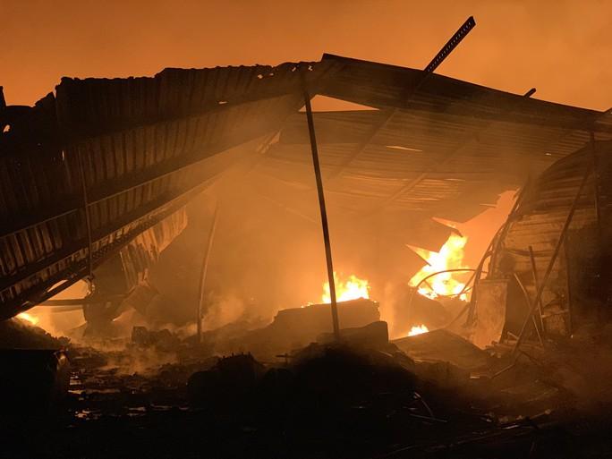 Cháy dữ dội kho phế liệu sát khu trọ công nhân ở Bình Dương - Ảnh 3.