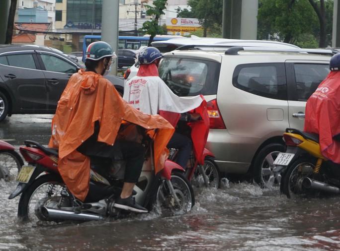 TP HCM ngập mênh mông, kẹt xe khắp nơi sau mưa lớn - Ảnh 7.
