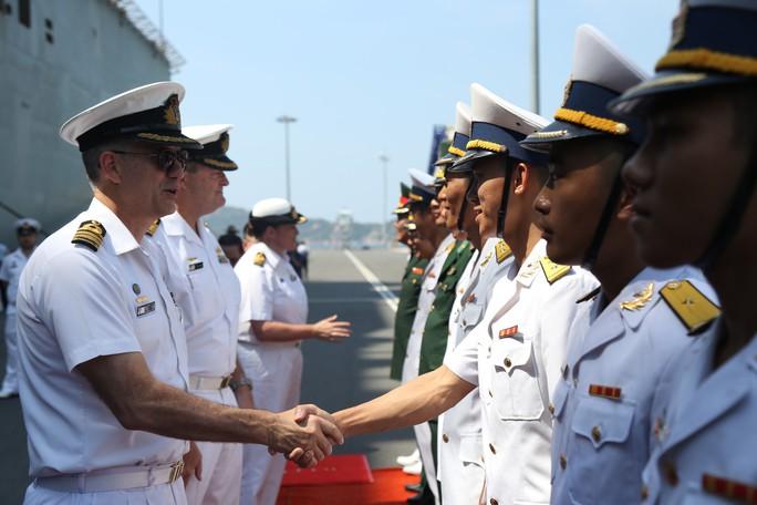 Đón đại bản doanh trên biển của hải quân Úc đến Cam Ranh - Ảnh 1.