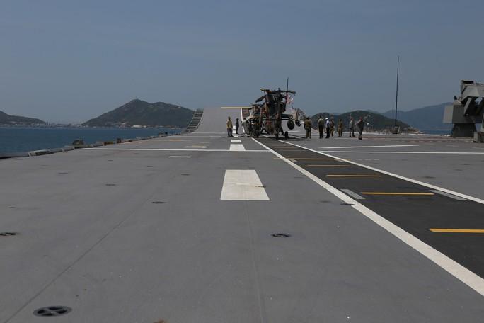 Đón đại bản doanh trên biển của hải quân Úc đến Cam Ranh - Ảnh 6.