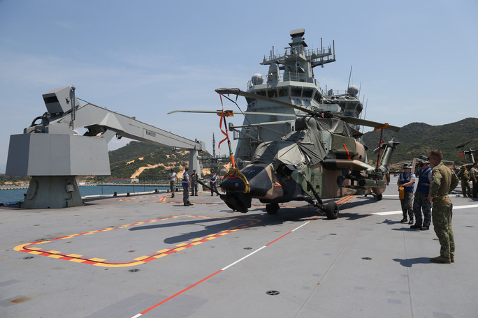 Đón đại bản doanh trên biển của hải quân Úc đến Cam Ranh - Ảnh 5.