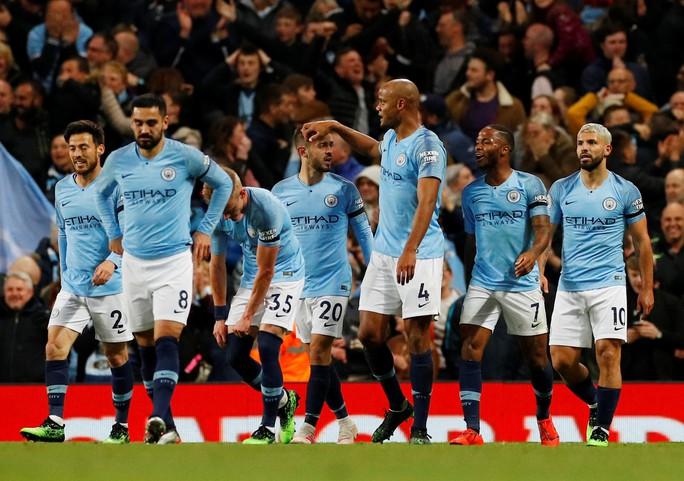Kompany lập siêu phẩm, Man City soán ngôi đầu của Liverpool - Ảnh 6.