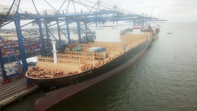 Hải Phòng đón tàu container lớn nhất từ trước tới nay - Ảnh 1.