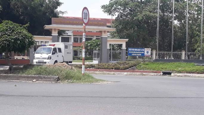 Long An: Khởi tố, bắt tạm giam Hiệu trường Trường THPT Huyện Thủ Thừa - Ảnh 2.
