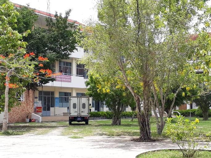 Long An: Khởi tố, bắt tạm giam Hiệu trường Trường THPT Huyện Thủ Thừa - Ảnh 1.