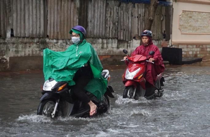 TP HCM sau trận mưa đầu mùa: Đường ngập, xe cộ kẹt cứng - Ảnh 3.