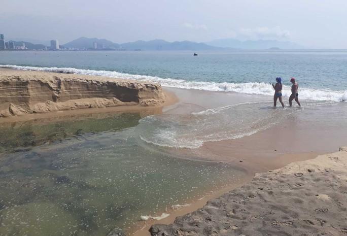Ớn lạnh với nước thải đen ngòm đổ ra vịnh Nha Trang - Ảnh 2.