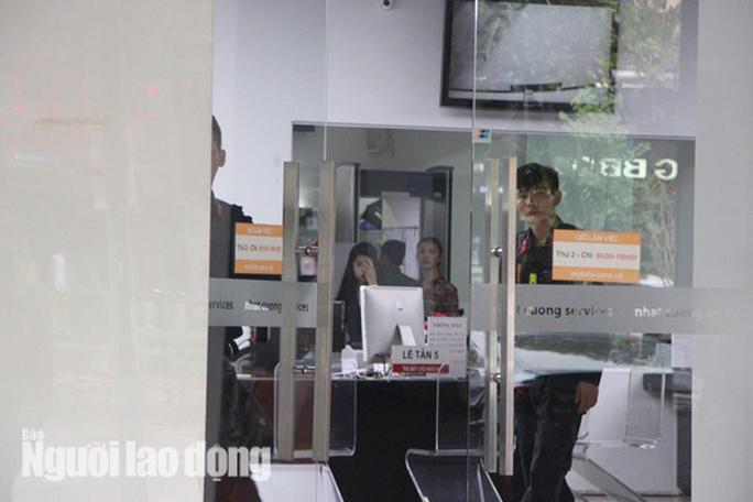 Cận cảnh Bộ Công an khám xét cửa hàng điện thoại Nhật Cường - Ảnh 8.