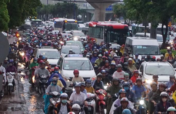 TP HCM sau trận mưa đầu mùa: Đường ngập, xe cộ kẹt cứng - Ảnh 4.