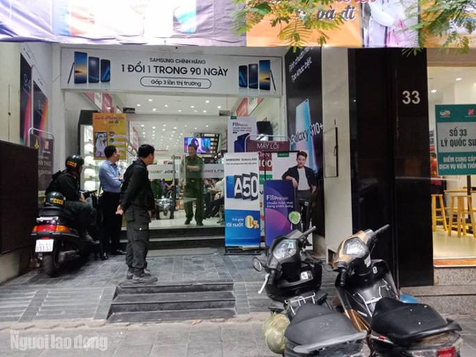 Cận cảnh Bộ Công an khám xét cửa hàng điện thoại Nhật Cường - Ảnh 12.