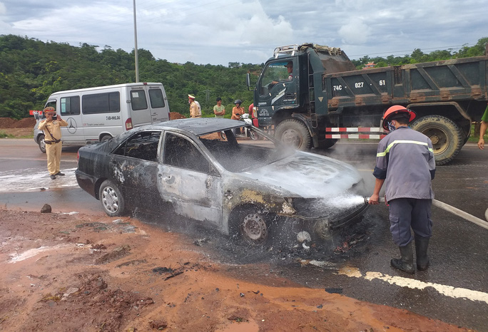 Ôtô 4 chỗ bốc cháy ngùn ngụt trên quốc lộ - Ảnh 2.
