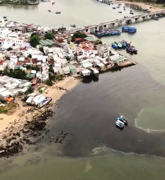Ớn lạnh với nước thải đen ngòm đổ ra vịnh Nha Trang - Ảnh 1.