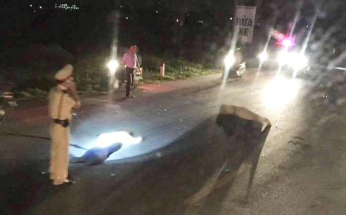 Bị người đi xe máy vi phạm tông, trung tá CSGT nguy kịch - Ảnh 1.