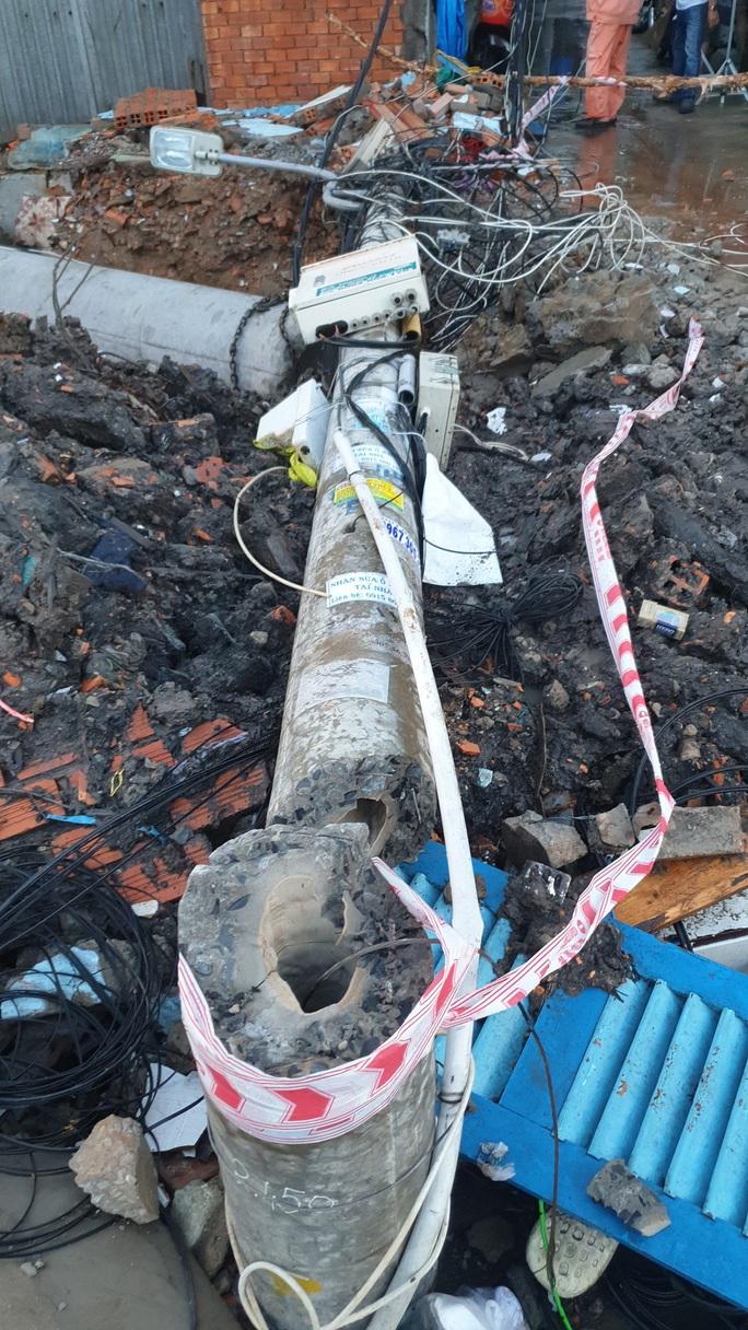 Lắp cống thoát nước, 1 công nhân bị trụ điện không sắt gãy đè chết - Ảnh 2.