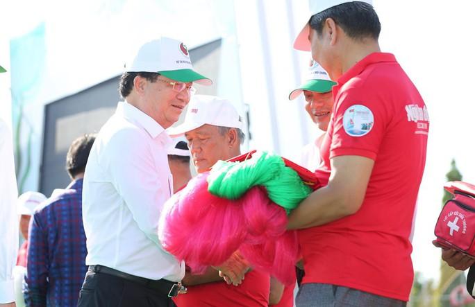 """Phó Thủ tướng cùng khởi động Chương trình """"Một triệu lá cờ Tổ quốc cùng ngư dân bám biển""""  - Ảnh 5."""