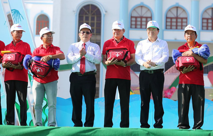 """Phó Thủ tướng cùng khởi động Chương trình """"Một triệu lá cờ Tổ quốc cùng ngư dân bám biển""""  - Ảnh 7."""