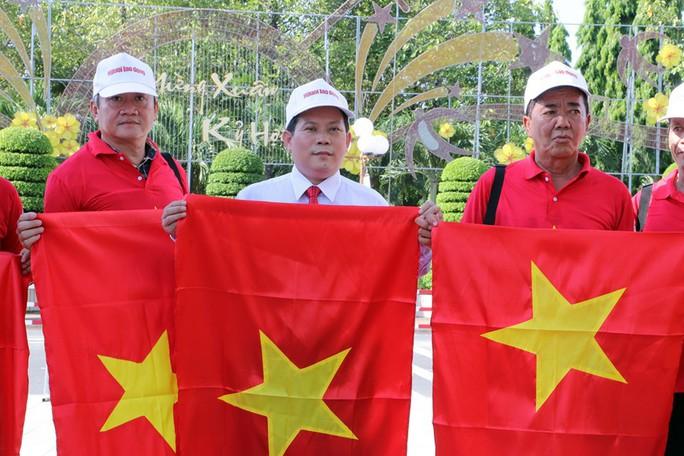 """Phó Thủ tướng cùng khởi động Chương trình """"Một triệu lá cờ Tổ quốc cùng ngư dân bám biển""""  - Ảnh 9."""
