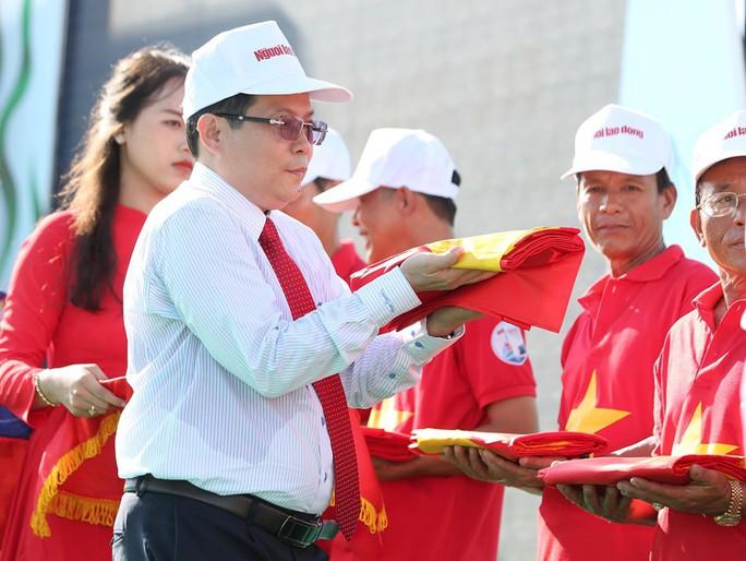 """Phó Thủ tướng cùng khởi động Chương trình """"Một triệu lá cờ Tổ quốc cùng ngư dân bám biển""""  - Ảnh 6."""