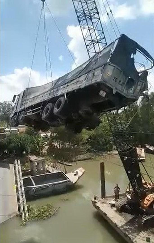 Kinh hoàng cầu cẩu gãy đôi khi kéo xe tải gây sập cầu BOT Tân Nghĩa - Ảnh 1.