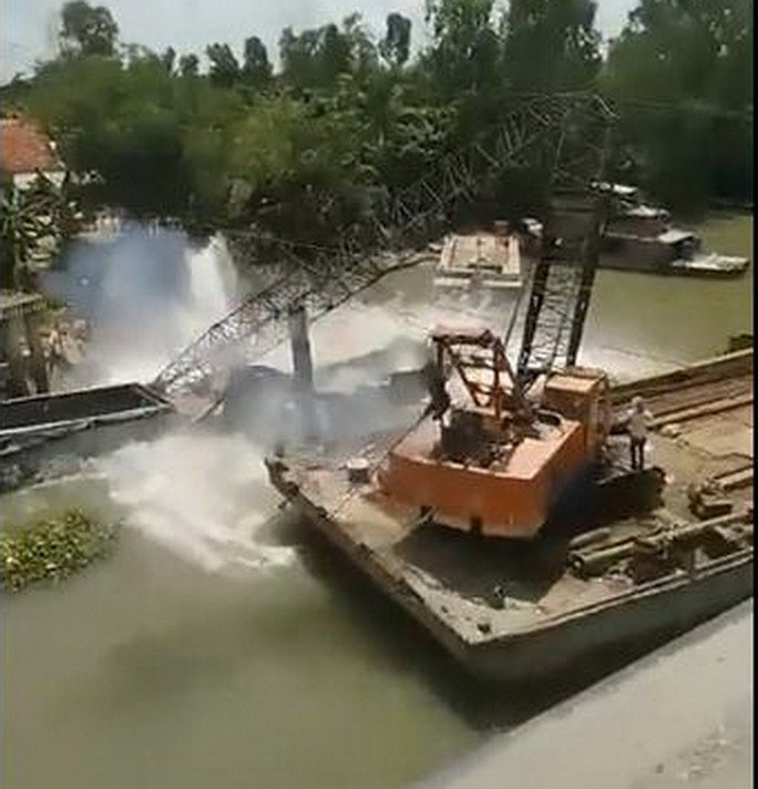 Kinh hoàng cầu cẩu gãy đôi khi kéo xe tải gây sập cầu BOT Tân Nghĩa - Ảnh 2.