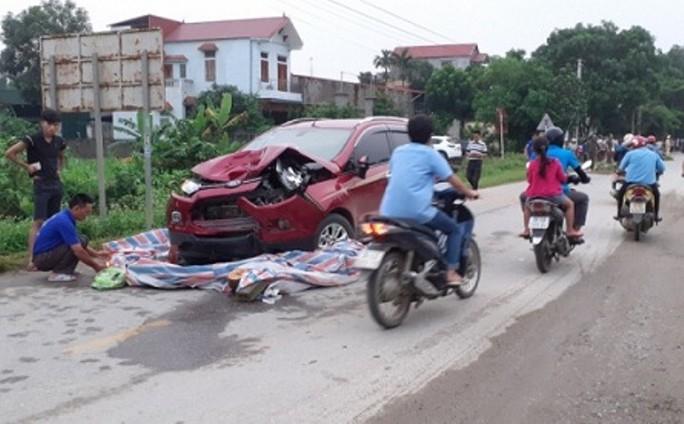 Ô tô 5 chỗ lần làn, tông chết 2 người phụ nữ và bị thương cháu bé 7 tháng tuổi - Ảnh 1.