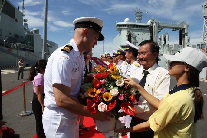 Ngắm 2 tàu Hải quân Hoàng gia Canada lần đầu ghé cảng Cam Ranh - Ảnh 2.