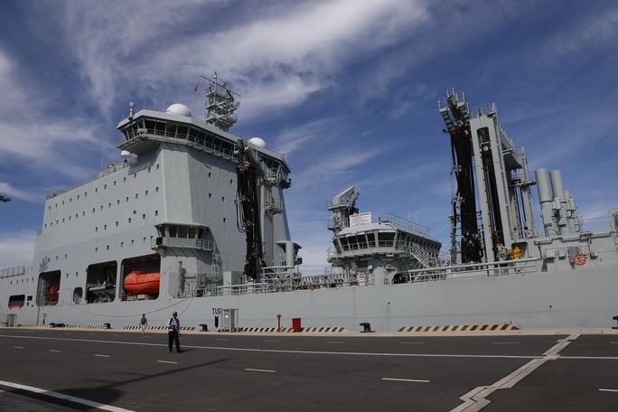 Ngắm 2 tàu Hải quân Hoàng gia Canada lần đầu ghé cảng Cam Ranh - Ảnh 4.