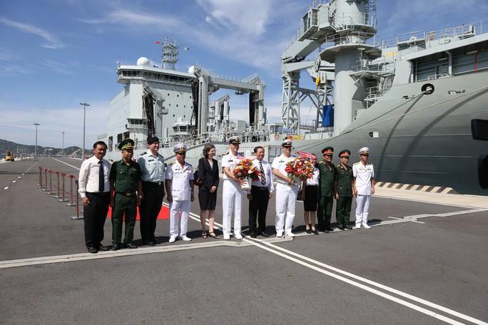 Ngắm 2 tàu Hải quân Hoàng gia Canada lần đầu ghé cảng Cam Ranh - Ảnh 1.