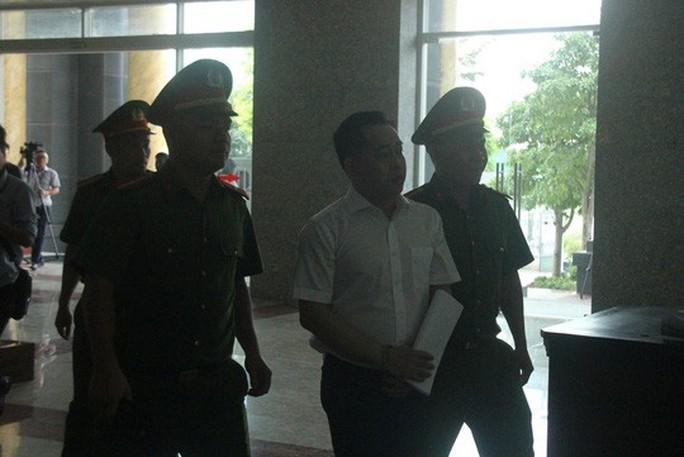 Video cựu thứ trưởng Bộ Công an ra tòa cùng Vũ nhôm - Ảnh 5.