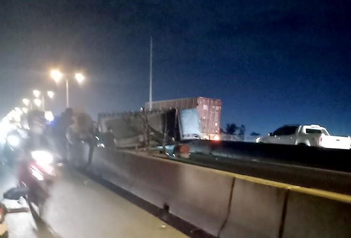 Đêm qua, cầu Phú Mỹ tê liệt gần như thâu đêm - Ảnh 2.